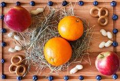 Composición con las manzanas rojas y las frutas anaranjadas Fotos de archivo