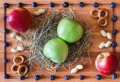 Composición con las manzanas rojas y verdes Fotografía de archivo