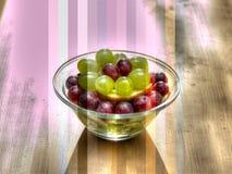 Composición con las uvas, ki del arte de la placa de la fruta del verano Foto de archivo libre de regalías