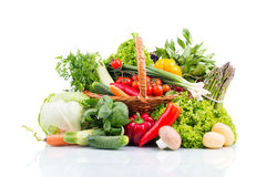 Composición con las verduras crudas en cesta de mimbre en whi Fotos de archivo