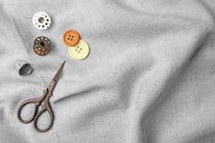 Composición con los accesorios de costura en tela Imagen de archivo libre de regalías