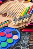 Composición con los accesorios de la escuela para pintar y dibujar Foto de archivo