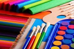 Composición con los accesorios de la escuela para pintar y dibujar Foto de archivo libre de regalías
