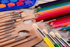 Composición con los accesorios de la escuela para pintar y dibujar Fotografía de archivo