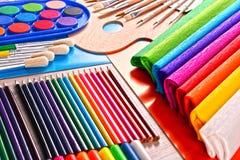 Composición con los accesorios de la escuela para pintar y dibujar Fotos de archivo libres de regalías