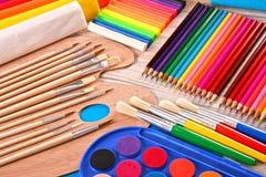 Composición con los accesorios de la escuela para pintar y dibujar Imágenes de archivo libres de regalías