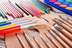 Composición con los accesorios de la escuela para pintar y dibujar Imagenes de archivo