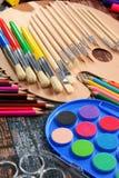 Composición con los accesorios de la escuela para pintar y dibujar Imagen de archivo