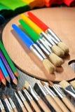 Composición con los accesorios de la escuela para pintar y dibujar Fotos de archivo