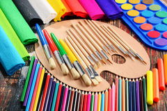 Composición con los accesorios de la escuela para pintar y dibujar Fotografía de archivo libre de regalías