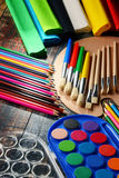 Composición con los accesorios de la escuela para pintar y dibujar Imagen de archivo libre de regalías