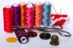 Composición con los accesorios para coser y los artes Imágenes de archivo libres de regalías