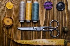 Composición con los accesorios para coser y los artes Imagen de archivo