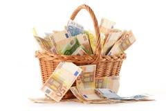 Composición con los billetes de banco euro en cesta de mimbre Fotografía de archivo
