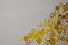 Composición con los botones en un fondo blanco, endecha plana imágenes de archivo libres de regalías