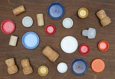 Composición con los casquillos y los corchos plásticos del vino Imágenes de archivo libres de regalías