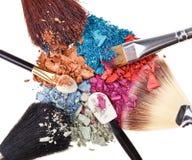 Composición con los cepillos del maquillaje y la sombra de ojo Imagen de archivo libre de regalías