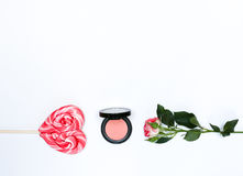 Composición con los cosméticos y las flores del maquillaje en el fondo blanco Imágenes de archivo libres de regalías