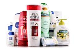 Composición con los envases de marcas globales de los cosméticos Fotos de archivo