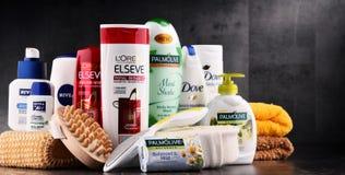 Composición con los envases de marcas globales de los cosméticos Foto de archivo