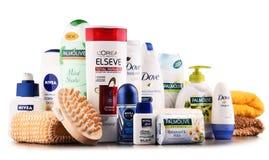 Composición con los envases de marcas globales de los cosméticos Imágenes de archivo libres de regalías