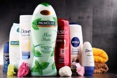 Composición con los envases de marcas globales de los cosméticos Imagenes de archivo