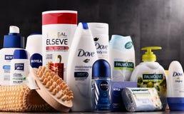 Composición con los envases de marcas globales de los cosméticos Fotos de archivo libres de regalías