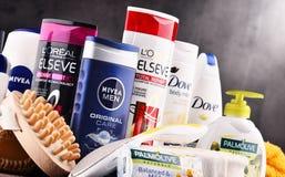 Composición con los envases de marcas globales de los cosméticos Imagen de archivo