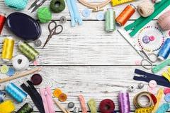 Composición con los hilos del color y los accesorios de costura Fotos de archivo