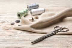 Composición con los hilos y los accesorios de costura Fotografía de archivo libre de regalías