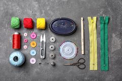 Composición con los hilos y los accesorios de costura Imágenes de archivo libres de regalías