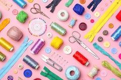 Composición con los hilos y los accesorios de costura Foto de archivo