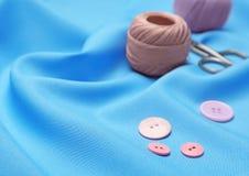 Composición con los hilos y los accesorios de costura Fotos de archivo