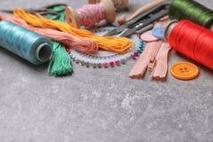 Composición con los hilos y los accesorios de costura Fotografía de archivo