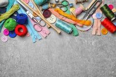 Composición con los hilos y los accesorios de costura Foto de archivo libre de regalías