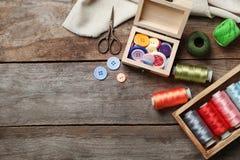 Composición con los hilos y los accesorios de costura Imagen de archivo libre de regalías