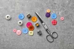 Composición con los hilos y los accesorios de costura Imagen de archivo