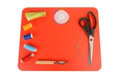 Composición con los hilos y los accesorios de costura Modelo de costura Fotografía de archivo libre de regalías