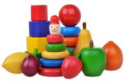 Composición con los juguetes, las pirámides, las frutas y los cubos de madera Foto de archivo libre de regalías