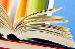 Composición con los libros de tapa dura en la biblioteca Imagen de archivo libre de regalías
