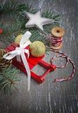 Composición con los trineos, rama del abeto, caja de la Navidad de regalo Imagen de archivo libre de regalías