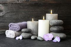 Composición con los ZENES Stone, las toallas y las velas en la tabla fotos de archivo