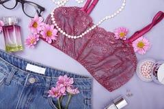 Composición con ropa, accesorios y flores femeninos de la moda Fotografía de archivo libre de regalías