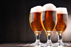 Composición con tres vidrios de cerveza de cerveza dorada Fotografía de archivo libre de regalías