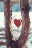 Composición con un corazón rojo en el fondo Fotografía de archivo libre de regalías