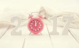 Composición con un número de madera 2017 y reloj rojo como símbolo Fotos de archivo libres de regalías