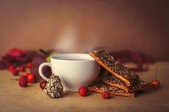 Composición con una taza de té negro fuerte Foto de archivo