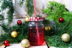 Composición con una taza roja y las bolas de la Navidad fotografía de archivo
