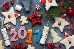 Composición 2017 - concepto de la Feliz Año Nuevo del día de fiesta con el gingerbre Fotografía de archivo