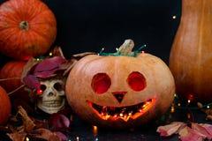 Composición creativa con un cráneo y una calabaza para Halloween foto de archivo